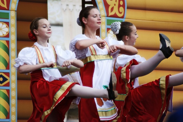 Girls dancing in the streets of Moscow.